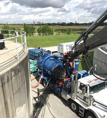 USST  Combination3® Truck at work on in service splitter box.