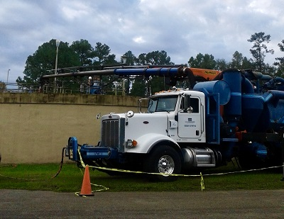 Combination3® Truck with 49-foot extended boom removed sand and grit from Quincy's Nitro Tank while in operation.